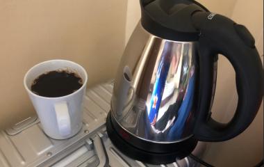 """Začnite svoj dan s pozitivnimi mislimi, nasmeškom na licu in skodelico opojno dišeče kave! In nihče si zjutraj ne želi le majhne skodelice!!! Ena kava na dan, odense godrnjavost stran ter polepša dan, je omamna dobrota, ki nikoli ne razočara in ko zadiši, ste potemlahko ves dan brez skrbi! """"Dobro jutro, kavo, prosim!"""" Priprava in […]"""